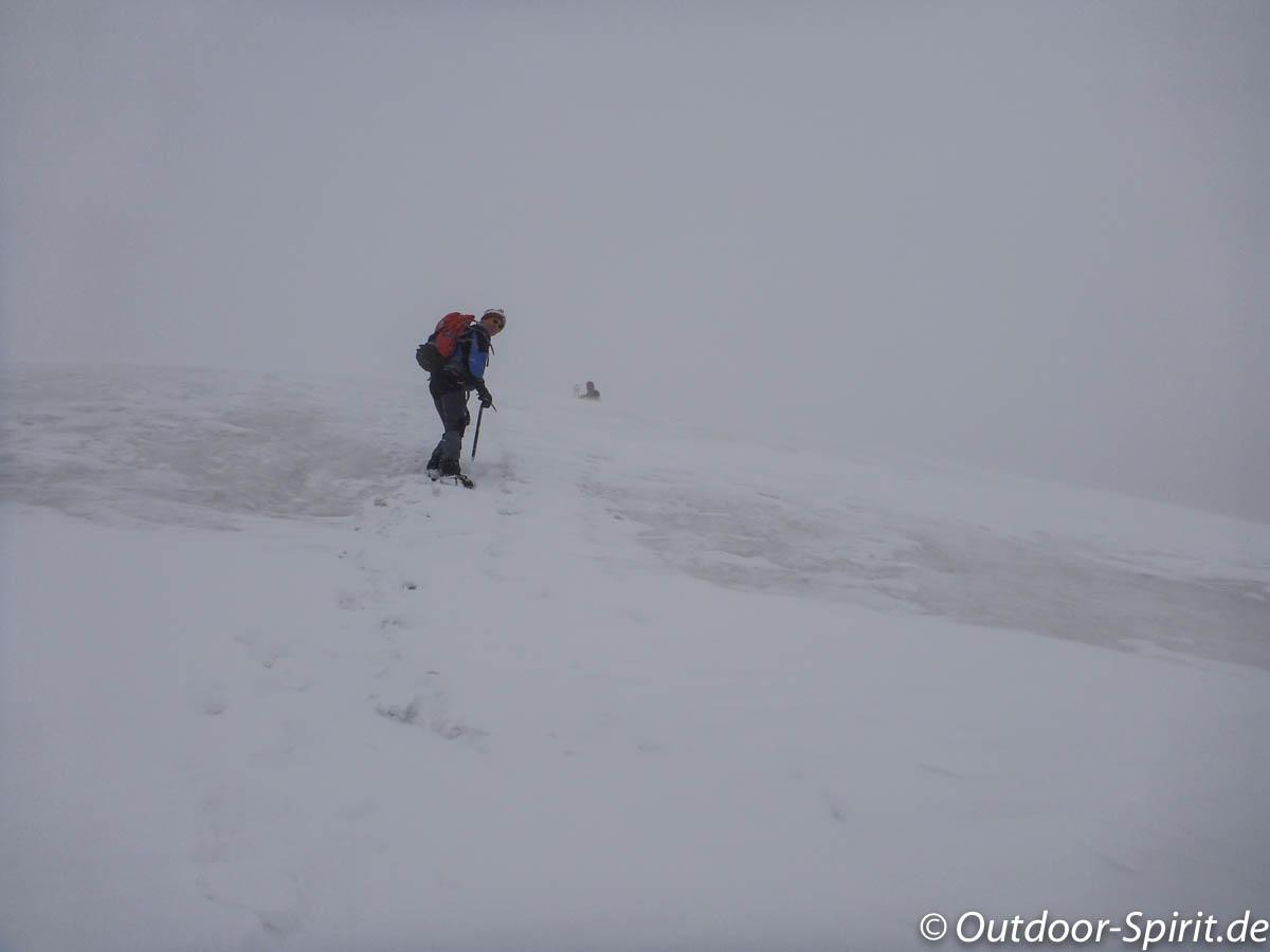 Die Spitze des Gipfelkreuzes ist zu sehen!