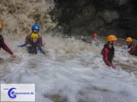 Hinein in den Wasserfall (Foto: Canyonauten.de)
