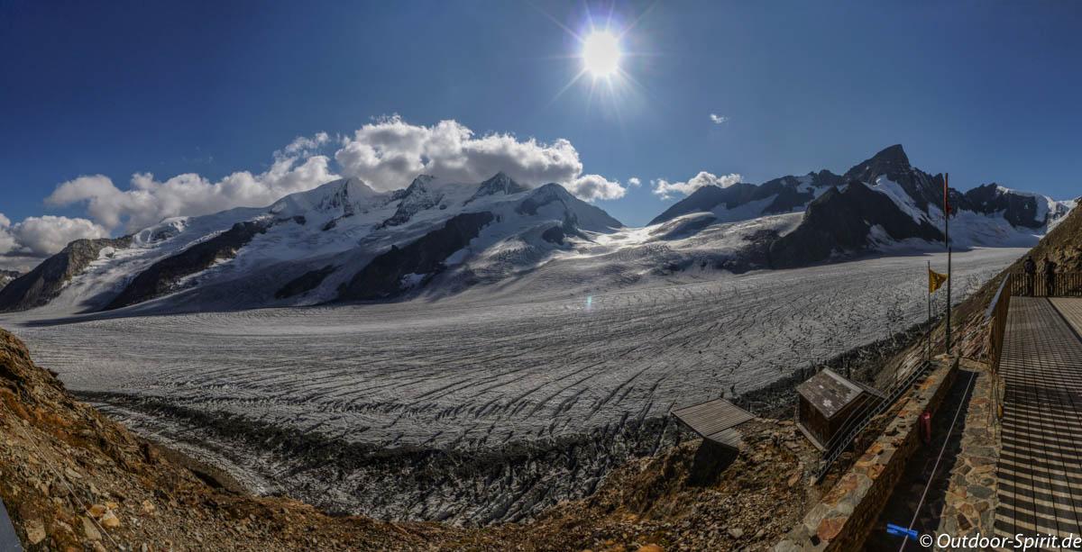 Fantastischer Blick von der Terrasse der Finsteraarhornhütte (Foto: Burkhard Rose)