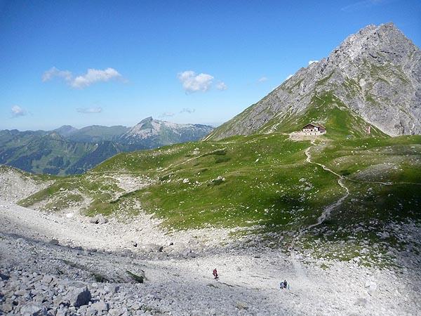 Die Fiderepaßhütte aus Richtung Klettersteig gesehen