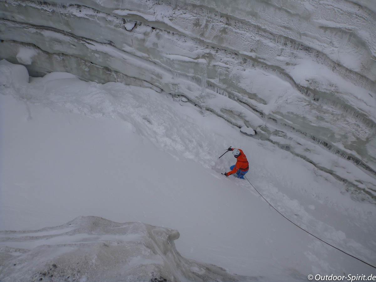 Erkundung der Gletscherspalte (Foto: Burkhard Rose)