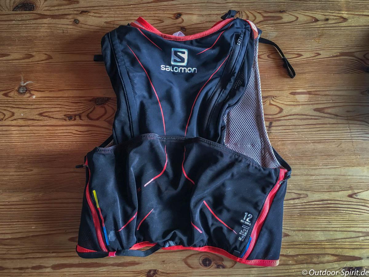 Die Rückseite des Rucksacks. Gut zu sehen sind die seitlichen Reißverschluss-Taschen