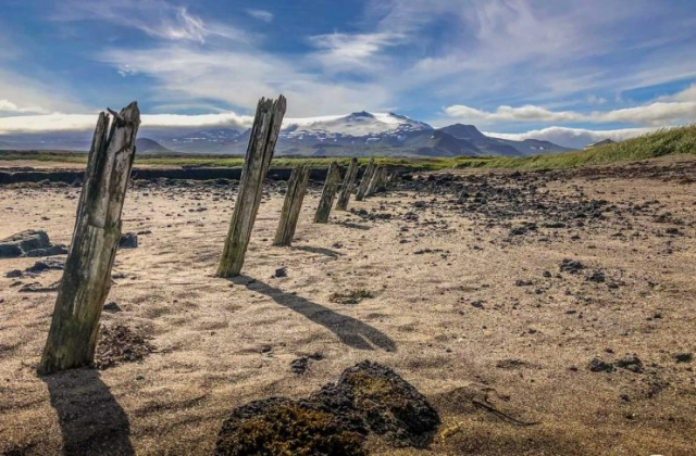 Reste eines Fischerhafens mit dem Snæfellsjökull im Hintergrund