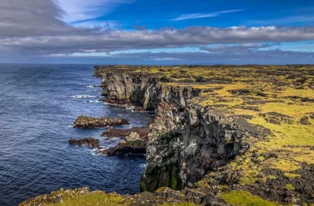 Steilküste beim Svörtuloft Leuchtturm