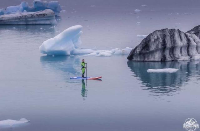 Mit dem SUP auf der Jökulsárlón Eisberg Lagune
