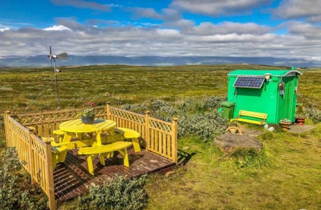 Solar- und windbetriebener Kiosk an der 94